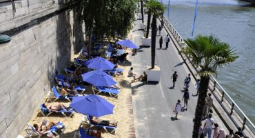 Paris sets up artificial beaches along the Seine