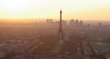 Paris bans car traffic to stop city smog